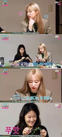"""韓国ガールズグループ「EXID」メンバーのハニと、元「SISTAR」のソユが、""""友情スナップ""""を撮影するために花冠とブーケを作った。(提供:OSEN)"""