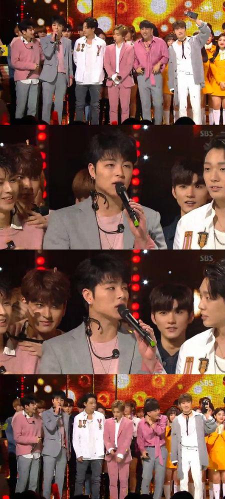 YGエンターテインメントのヤン・ヒョンソク代表が、「iKON」の「人気歌謡」1位を祝福した。(提供:OSEN)