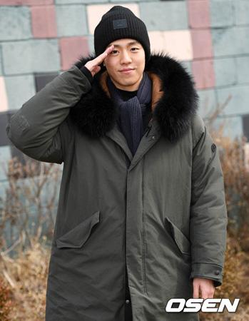 韓国俳優イ・ヒョヌ(24)が明るい笑顔と共に、訓練所へ入った。