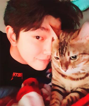 韓国俳優ユン・ギュンサン(30)がペットショップおよびミックス猫の養子縁組による物議に「やめてほしい」と訴えた。21日、自身のSNSを更新した。(提供:OSEN)