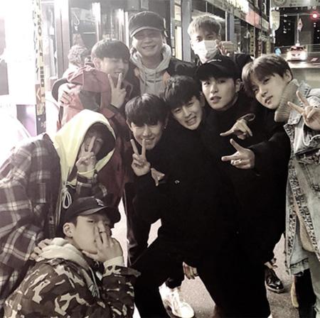 "YG代表ヤン・ヒョンソクと""子どもたち""、「iKON」メンバーと夕食後の笑顔溢れる写真が話題(提供:OSEN)"