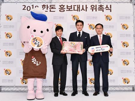 韓豚自助金管理委員会は、今月23日に俳優チャン・ドンゴン(45)を「2018韓豚広報大使」に委嘱したことを明らかにした。(提供:OSEN)