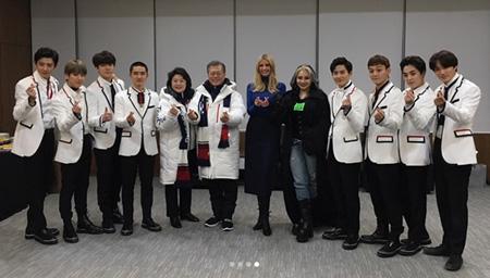 2018年平昌(ピョンチャン)冬季五輪・閉会式に出席したイバンカ・トランプ大統領補佐官が「EXO」との記念写真を公開した。(提供:OSEN)