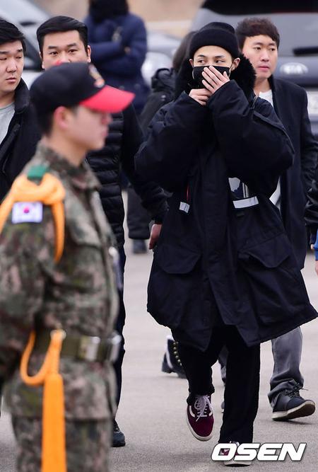 「BIGBANG」G-DRAGON、入隊場所に到着