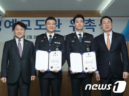 tvNドラマ「賢い監房生活」(原題)でペン部長とイ部長役を好演した俳優チョン・ウンインとチョン・ギョンホが初代名誉刑務官になった。(提供:news1)