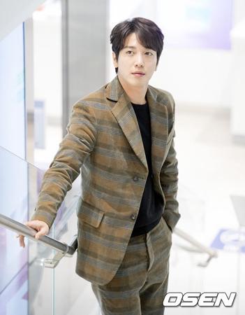 """韓国人気バンド「CNBLUE」ジョン・ヒョンファ(28)が""""入試の優遇""""疑惑での書類送検に関連し、直接謝罪した。"""