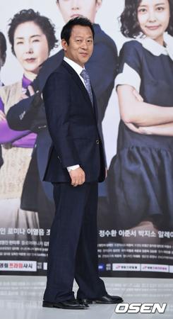 韓国映画「神と共に―因と縁」に続き、ヒョンビン主演の映画「交渉」もセクハラ騒動に巻き込まれている俳優チェ・イルファの出演で非常事態になった。(提供:OSEN)