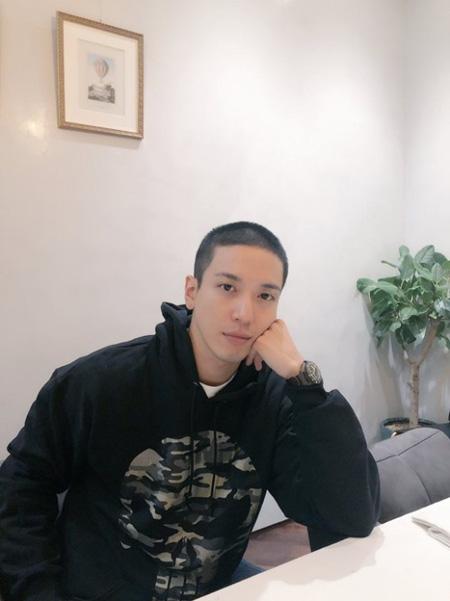 韓国男性バンド「CNBLUE」ジョン・ヨンファが入隊前に短髪姿の写真を公開した。(提供:news1)