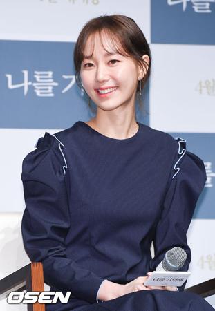 """女優イ・ユヨン、""""恋人""""故キム・ジュヒョクを言及「変わらず恋しい」"""