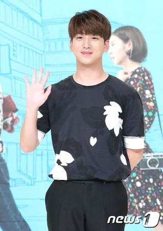 韓国ボーイズグループ「B1A4」メンバーのBAROが、熱愛疑惑が浮上した女優ハン・セヨンとは単なる同僚であることを明らかにした。(提供:news1)
