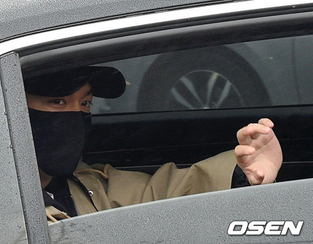 俳優イ・ミンホ、雨の論山訓練所に到着…見送りのファンへ笑顔