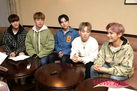「A.C.E」左からチャン(CHAN)、ドンフン(DONGHUN)、ワウ(WOW)、ジェイソン(JASON)、ジュン(JUN)