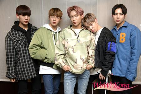 「A.C.E」左からチャン(CHAN)、ドンフン(DONGHUN)、ジュン(JUN)、ジェイソン(JASON)、ワウ(WOW)