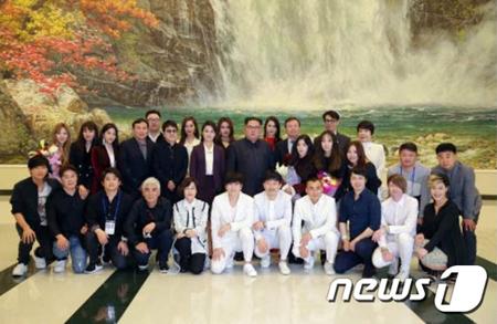 韓国芸術団、平壌公演開催…鑑賞した金正恩氏らと記念撮影も
