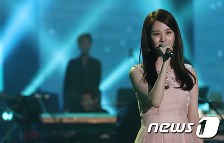 南北合同公演で司会を務めた朝鮮中央テレビのチェ・ヒョソンは、ソヒョンに「私たちの歌『青い柳』をうまく歌い、市民たちに深い印象を残したと聞いている」とリクエストした。(提供:news1)