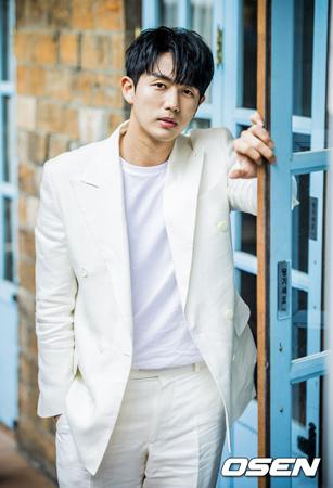 韓国歌手兼俳優イム・スロン(30、2AM)が現役から社会服務要員に編入される。スロンの所属事務所サイダス側が6日、公式報道資料を通して明らかにした。
