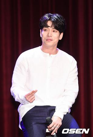 韓国ボーイズグループ「2AM」のチャンミンが個人事務所「the Bsky」を設立した感想を明かした。(提供:OSEN)