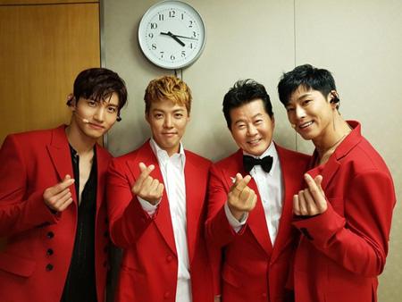 テ・ジナ&KangNam、Mnet「エムカ」控え室で「東方神起」と記念撮影! (提供:news1)