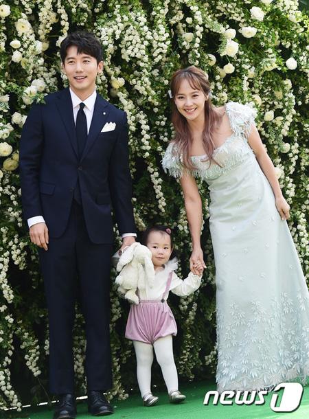 韓国の元祖ガールズグループ「S.E.S.」のメンバーで女優ユジン(37)の所属事務所C9エンターテインメントの関係者は17日「ユジンが2人目を妊娠した。現在4か月目だ。ことしの秋ごろに出産する予定」と明らかにした。