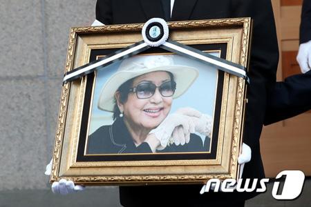 """過去""""北朝鮮に拉致""""の韓国女優チェ・ウンヒの家族葬は「生前、故人が望んでいた」(画像:news1)"""