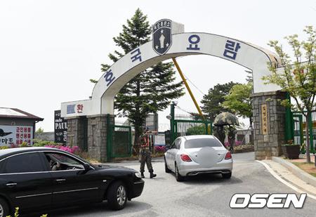 韓国俳優キム・ボム(28)が26日午後、国防の義務を果たすため論山(ノンサン)陸軍訓練所に入所した。