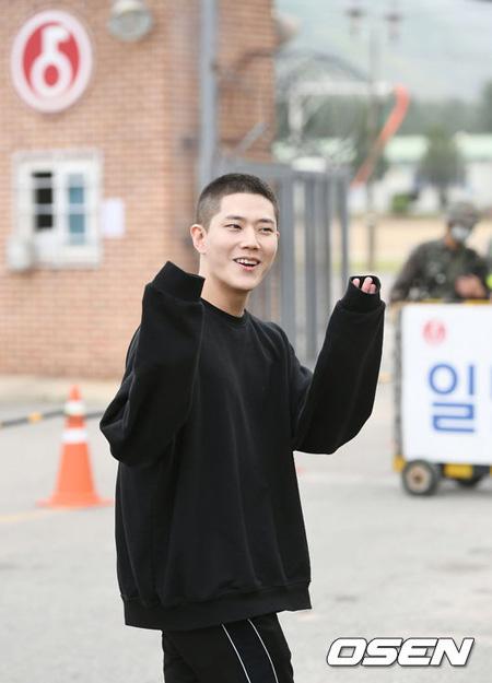「元気に行ってきます」、俳優トンハが訓練所前で入隊のあいさつ
