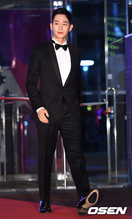 """最優秀演技賞または主演賞・助演賞受賞スターの一部のファンの立場からすると、""""単なる""""人気賞を受賞した俳優チョン・ヘインが、センターで記念写真を撮ったというのは驚くことなのかもしれない。(提供:OSEN)"""