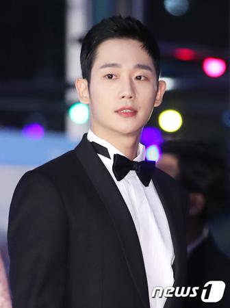 韓国俳優チョン・ヘイン(30)が、授賞式の団体写真で騒動に巻き込まれた。(提供:news1)