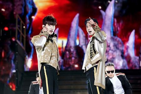 """「東方神起」、2年11か月ぶりの韓国公演…""""K-POPの王様""""らしいステージマナーで2万2千人を魅了"""