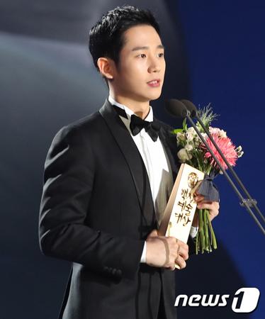 韓国俳優チョン・ヘインが、百想芸術大賞の団体写真撮影時にセンターにいたことで起きた騒動から初めて心境を語った。(提供:news1)