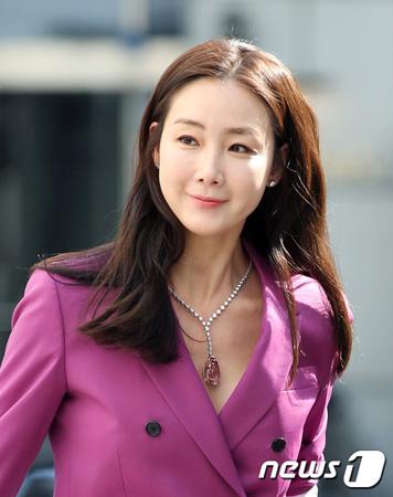 """女優チェ・ジウ、結婚後初の公の場に登場…ピンク色のスーツで""""圧倒的オーラ"""""""