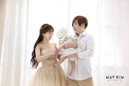 「H.O.T.」ムン・ヒジュン&ソユル(元CRAYON POP)夫妻、娘との家族写真を公開! (提供:OSEN)