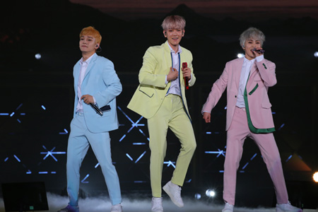 「EXO-CBX」、初の日本全国アリーナツアーが開幕! 横浜アリーナ1万3千人が熱狂(オフィシャル)