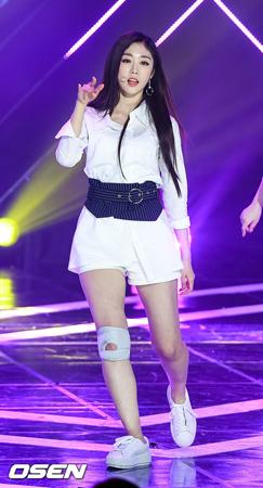 韓国ガールズグループ「LOVELYZ」メンバーのジスが、大学祭でのステージを終えた後に倒れたという目撃談について、カゼの症状がひどくなったが、現在は回復に向かっている状況だと説明した。(提供:OSEN)