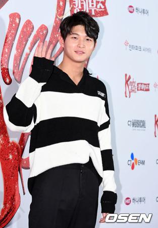 韓国有名音楽番組のMCで俳優のイ・ソウォンが、性的嫌がらせをした容疑で立件されたことが伝えられる中、所属事務所側が公式コメントを発表した。(提供:OSEN)