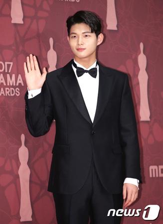 韓国tvNの新ドラマ「止めたい時間:アバウトタイム」側が、性的嫌がらせ及び凶器による脅迫容疑で検察の調査を受けている俳優のイ・ソウォン(21)の降板に対する立場を明らかにした。(提供:news1)