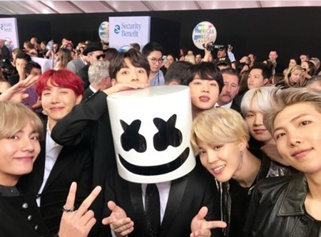 韓国ボーイズグループ「防弾少年団」が、新曲発表と同時に数々の記録を打ち立てている中、「2018ビルボード・ミュージック・アワード」でも特別待遇を受けている。(提供:OSEN)