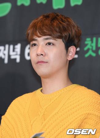 韓国バンド「FTISLAND」メンバーのイ・ホンギが、BJ(ネット放送配信者)チョルグの放送視聴について「偶然見ただけだ」と自身のSNSで立場を明らかにした。(提供:OSEN)