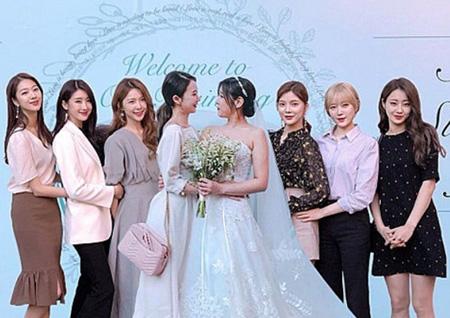 韓国ガールズグループ「NINE MUSES」の元・現メンバーらがソン・ソンアの結婚式に集結した。写真はファンがイユエリンにプレゼントした合成団体写真。(提供:OSEN)