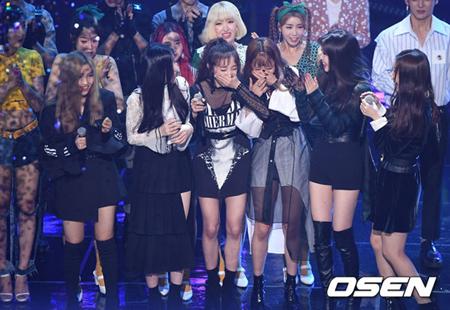 韓国ガールズグループ「(G)I-DLE」が、デビュー曲「LATATA」で初めての1位を獲得した。(提供:OSEN)