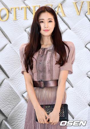 海外で墜落事故に遭い手術を受けた韓国女優キム・サラン(40)が約1か月間、入院中で、回復に向け努力している。