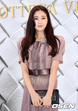 海外で転落事故に遭い手術を受けた韓国女優キム・サラン(40)が、退院したことを伝えた。(提供:OSEN)