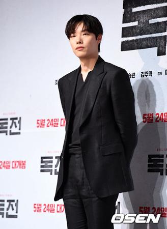 韓国俳優リュ・ジュンヨル(31)が、全国の貧しい祖父母・孫家庭の子どもたちのために支援金を伝達した。(提供:OSEN)