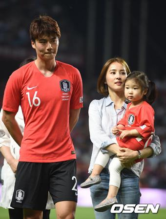 サッカー韓国代表のキ・ソンヨン(29)と女優ハン・ヘジン(36)夫婦が、娘シオンちゃんと初めて公の場に登場し、注目を集めた。(提供:OSEN)
