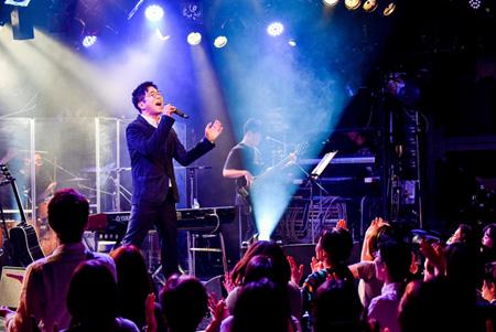 韓国国民的シンガーソングライターのイ・ジョク、日本単独コンサートで「前前前世」を日本語カバー! (オフィシャル)