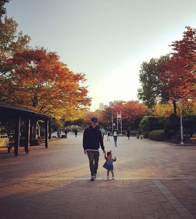 結婚していた俳優キム・ジュン、娘との写真を公開「親バカ、パパっ子、ありがとうございます」(提供:OSEN)