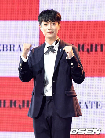 韓国ボーイズグループ「Highlight」メンバーのユン・ドゥジュンが、軍入隊問題で出国不可の状況について「軍入隊延期対象者だからだ」と説明した。(提供:OSEN)