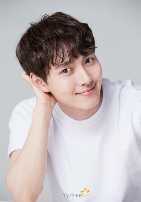 韓国俳優イ・ミノがイ・テリに活動名を変更し、Starhausエンターテインメントと専属契約を結んだ。(提供:news1)