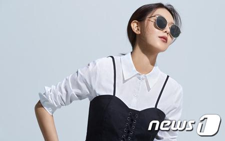 ファッションアイウェアブランド「VIEU」が、スヨン(少女時代)とコラボしたサングラスの収益金の一部を韓国網膜色素変性症協会に寄付すると明らかにした。(提供:news1)