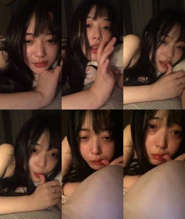 韓国女優ソルリ(24)が、自身のSNSに恋に関する文章を掲載後、SNSライブ放送で日頃とは違った姿を見せて、ネットユーザーの関心が注がれている。(提供:OSEN)